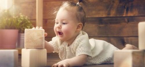 Bebé con uno de los juegos Montessori para niños de 0 a 3 años.