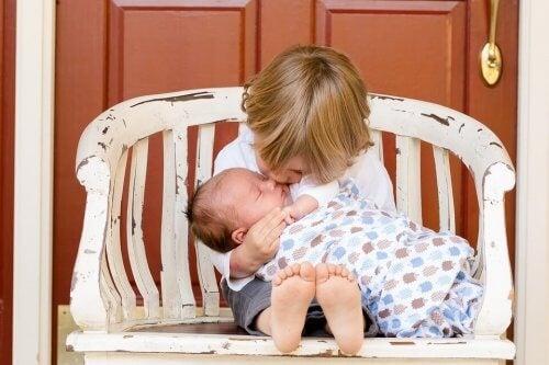 La jalousie entre frères et soeurs est la réponse commune des enfants à l'arrivée de quelqu'un qui nécessite plus d'attention.