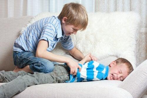 Las peleas entre hermanos son una de las maneras que los niños tienen de manifestar cuando sienten celos.