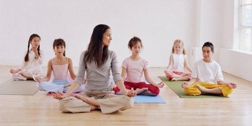 El yoga para niños es una excelente opción para clases extraescolares