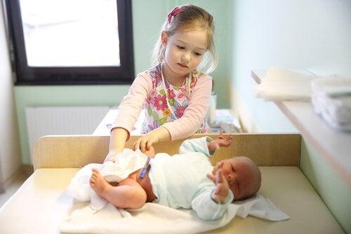 L'enfant aîné peut devenir une référence pour les plus petits.