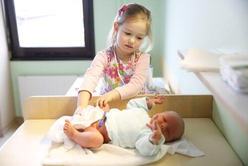 Para evitar los celos fraternales, se puede invitar al hermano mayor a participar de los cuidados del pequeño