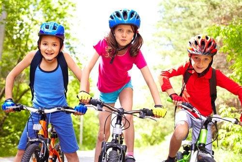 Enseñar a montar bici a los niños no es fácil, pero tampoco imposible.