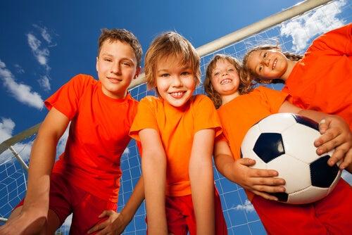 El trabajo en equipo se fomenta por medio del deporte.