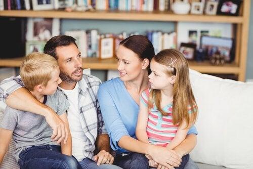 Padres hablando sobre educación sexual con sus hijos preadolescentes.