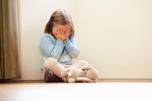 Parler à un enfant en colère est un grand défi pour les parents.