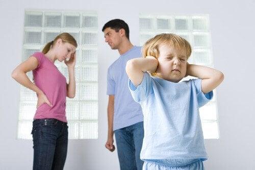 Padres discutiendo delante de su hijo y presentando alguno de los signos de las familias disfuncionales.