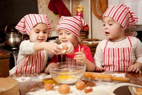Cocinar con los niños les ayuda a estimular sus habilidades manuales