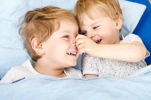 Para evitar los celos entre hermanos hay que prestar atención a cada uno de ellos de manera individualizada.