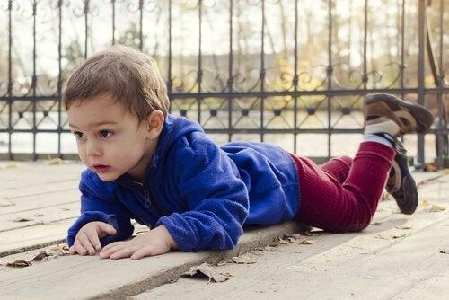 Muchos accidentes infantiles en el hogar son causados por caídas.