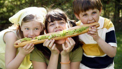 L'enfant du milieu moyen sait comment partager et résoudre ses problèmes sans qu'on l'aide.