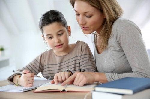 Ayudar a los hijos a hacer los deberes puede ser una manera de que adquieran motivación