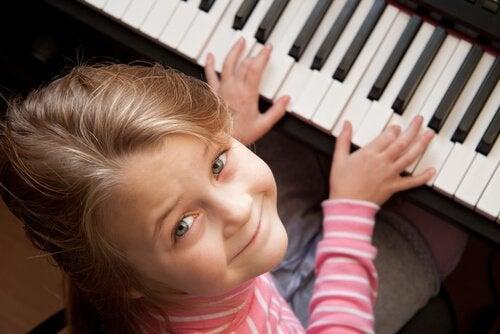 Un piano es una de las mejores opciones en cuanto a juguetes para niños de 5 años o más.