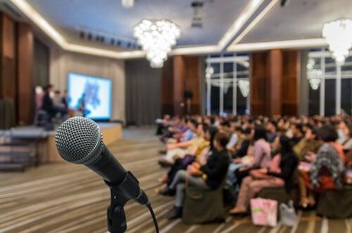 Hablar en público puede producir nervios en los jóvenes y niños