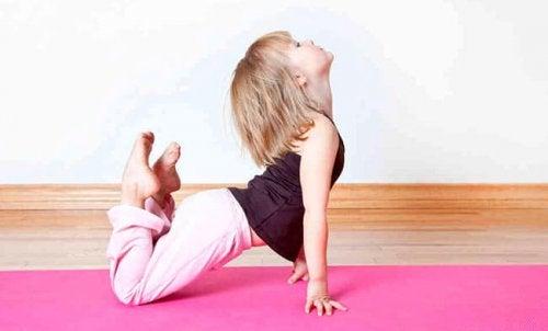El yoga para los niños es una manera de hacer una actividad y pasar tiempo en familia de calidad.