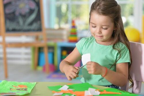 Las manualidades para niños son un excelente entretenimiento para ellos.