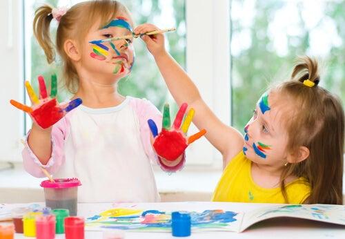 La pintura de dedos es un elemento indispensable de las manualidades para niños