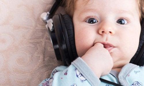 Escuchar música relajante ayuda a los niños a desarrollar sus habilidades sociales.