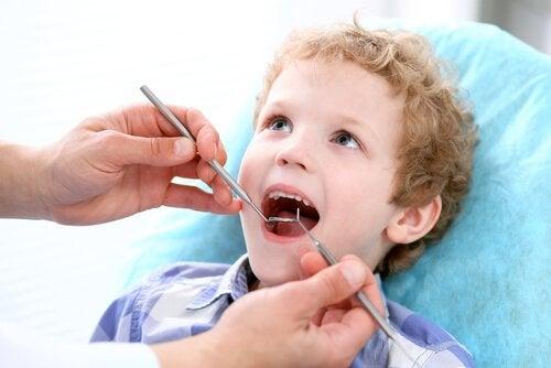 La primera visita al dentista debe encararse con paciencia y tacto para que resulte positiva para el niño.