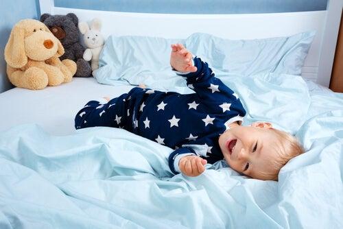 bebe joue dans son lit