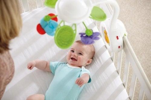 Los móviles de colores son adecuados para decorar la cuna de la habitación del bebé