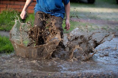 Image result for niños en el barro