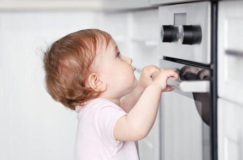 Hay que asegurarse de que los niños no se acercan a la cocina y al horno cuando están encendidos