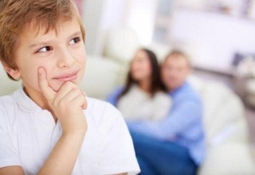 Enseñar a nuestros hijos a tener una mirada crítica les ayudará a tomar sus propias decisiones con mayor firmeza y seguridad.