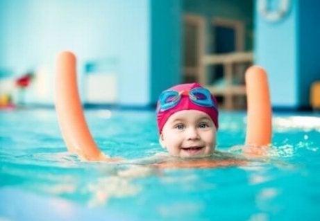 Los bebés también están considerados en las normas de seguridad para ir a la piscina con niños.