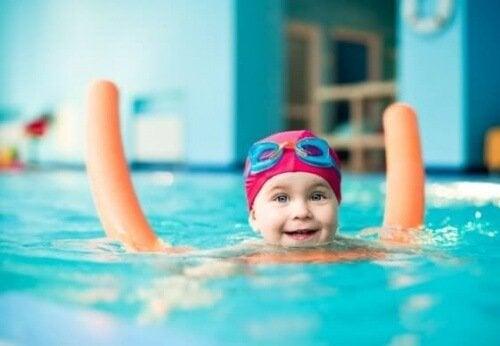 Enseñar a los niños a nadar es más sencillo si se cuenta con elementos de apoyo para ellos.