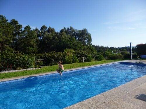 Ir a la piscina es una forma de divertirse con los más pequeños