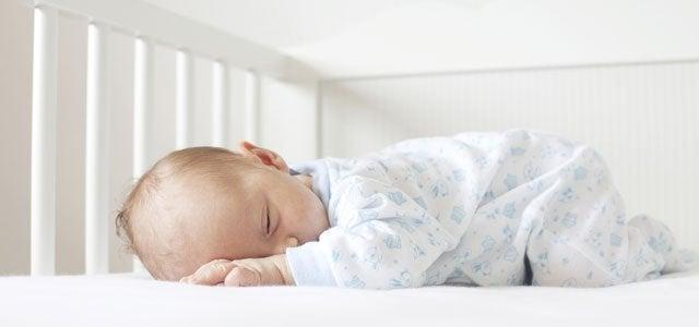 El método Ferber consiste en dejar que los bebés duerman solos.
