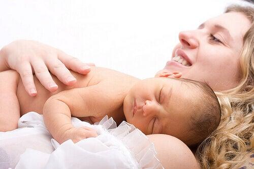 La suministración de oxitocina sintética no produce más dolor durante el parto que un parto natural.