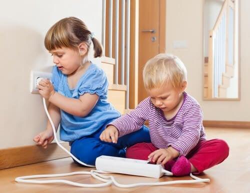 Il y a plusieurs astuces pour éloigner les enfants des prises électriques.