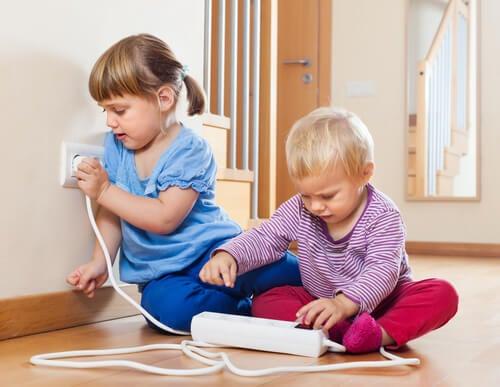 Supervisar las tomas de corriente y los enchufes cuando hay niños hace de nuestra casa un lugar seguro