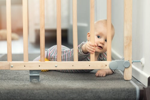 Es recomendable poner vallas en las escaleras para evitar que los niños se caigan