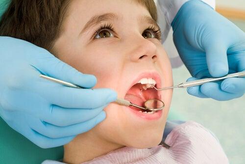 Es bueno acudir inmediatamente al dentista si tu hijo se da un golpe en un diente