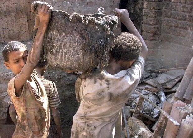 Ninos cargando escombros en un país con bajos recursos en pleno siglo XXI.