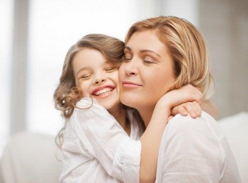 Los niños que reciben una buena educación son agradecidos con sus padres.