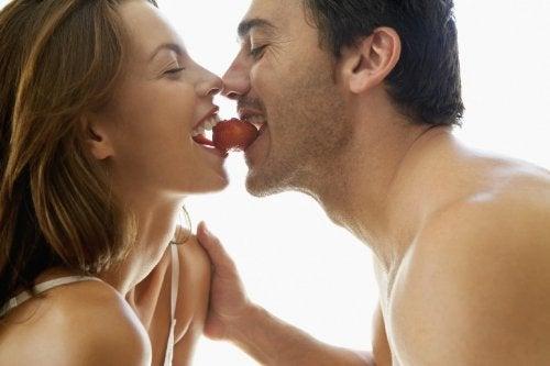 Determinados alimentos afrodisiacos favorecen la libido femenina.