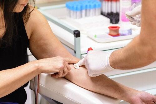 Los exámenes en el bebé y la madre son muy importantes para conocer el grupo sanguíneo del pequeño y sus incompatibilidades.
