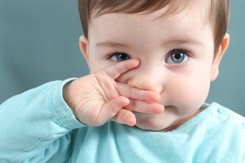 Eliminar los mocos en los niños es bueno para que pueda respirar y no se ahogue.