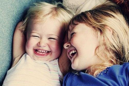 Apprendre aux bébés à sourire est très important pour leur développement.
