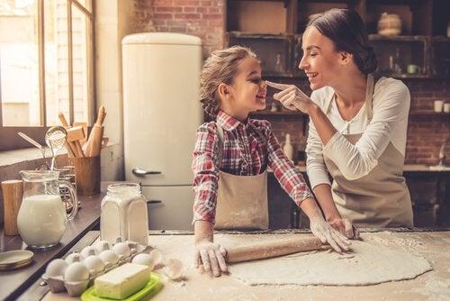 Compartir momentos en la cocina te ayudará a mejorar la relación con tus hijos.