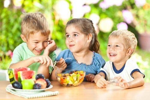 La fruta es un alimento indispensable en la dieta de un niño.
