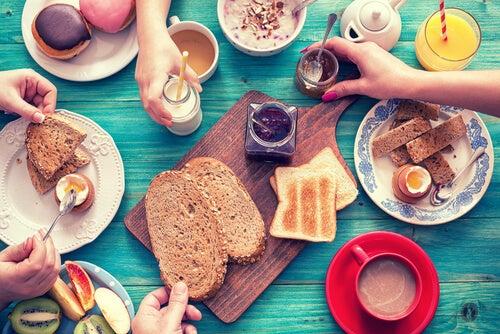 Un desayuno nutritivo es el que incorpora todo tipo de alimentos.