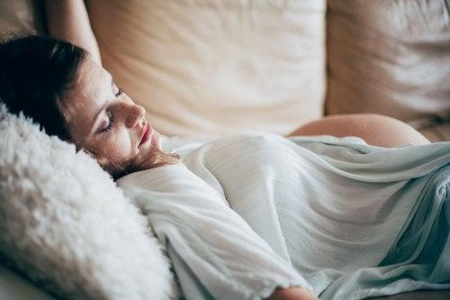 Dormir sur le dos est l'une des positions non recommandées pendant la grossesse.