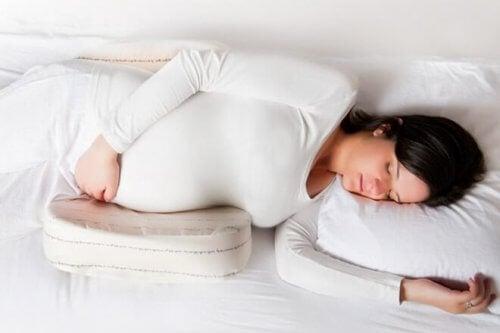 Il y a un certain nombre de positions pour dormir recommandées pendant la grossesse.