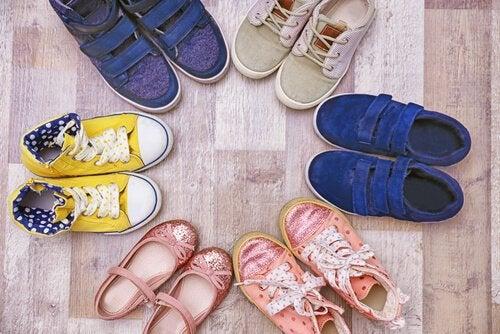 Les chaussures pour enfants sont importantes pour prévenir les pieds plats chez les enfants.