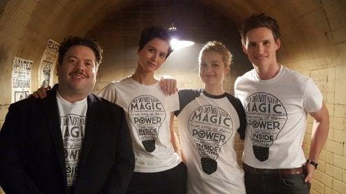 El elenco del spinoff de Harry Potter con la camiseta de Lumos